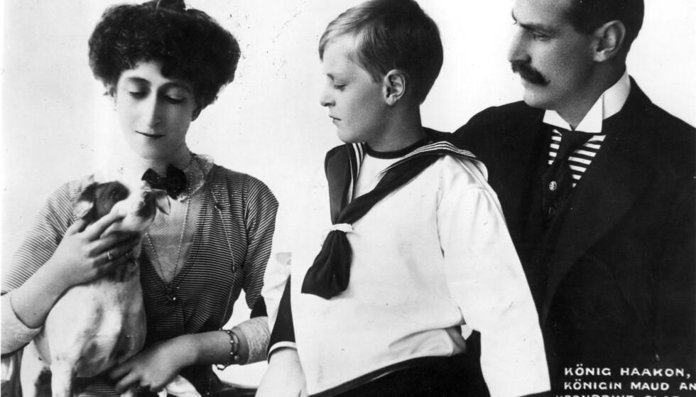 OLAV DEN HELDIGE: Første del av biografien om Olav V er grundig og full av detaljer. Her med foreldrene. Foto: NTB