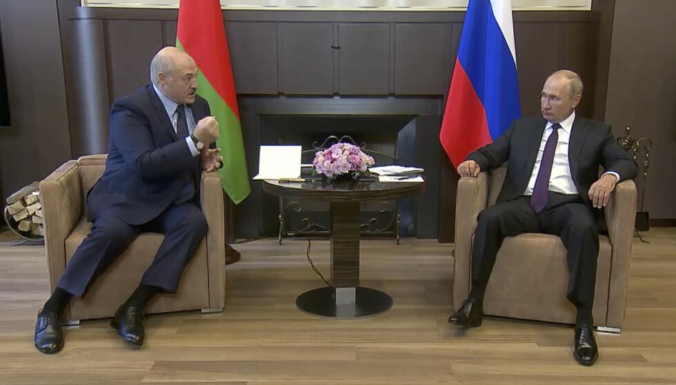 <strong>MAKTAS ANSIKT:</strong> Lille speil på veggen der, hvem er mektigst på bildet her? Aleksandr Lukasjenko og Vladimir denne uka i Sotsji. Foto: AP / NTB Scanpix