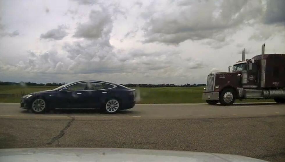 Politiet deler bilde av Teslaen på motorveien. Her kan man se at det mangler en sjåfør ved rattet. Foto: Royal Canadian Mounted Police