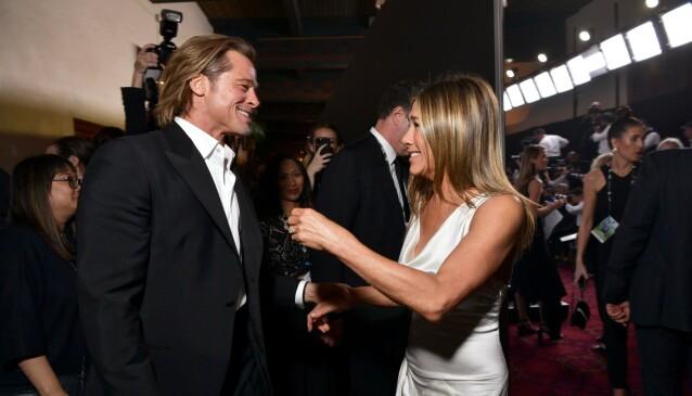 <strong>FEIRET SAMMEN:</strong> Både Brad Pitt og Jennifer Aniston vant Sag Award tidligere i år. Her blir de gjenforent etter å ha mottatt hver sin pris. Foto: Emma McIntyre / Getty / NTB