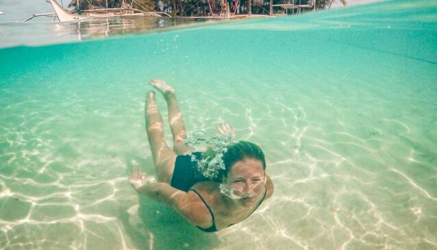 SNORKLER ETTER JOBB: Snorke, surfe eller gå på fjelltur, Maja og Stefan har mange fristende muligheter etter endt arbeidsdag. Her fra Filippinene, nær øya Siargao. Foto: Maja Grønholdt Jensen/Instagram