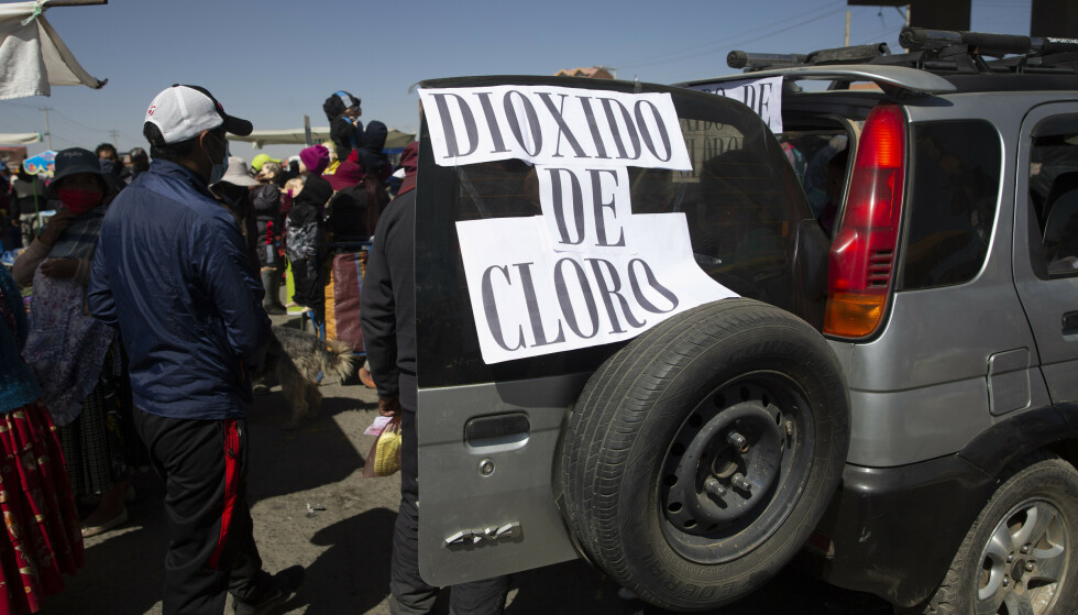 En mann selger klordioksid fra bilen sin i byen La Paz i Bolivia i august. Foto: NTB.