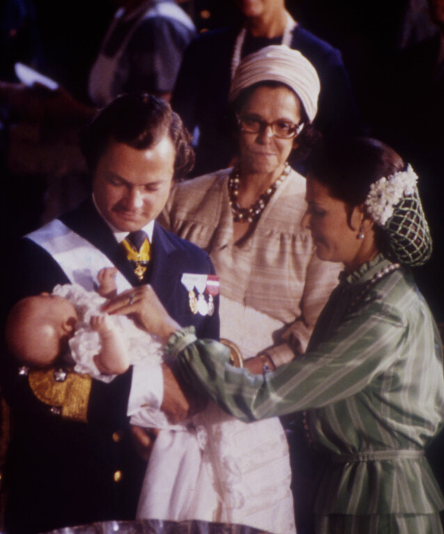 <strong>- TUNGT:</strong> Dronningas egen mor, Alice Sommerlath, led av demens de siste åra av livet sitt. Dronninga har uttalt at hun hadde dette i bakhodet da hun startet SilviaBo. Her er hun fotografert med dattera i dåpen til kronprinsesse Victoria i 1977. Foto: NTB