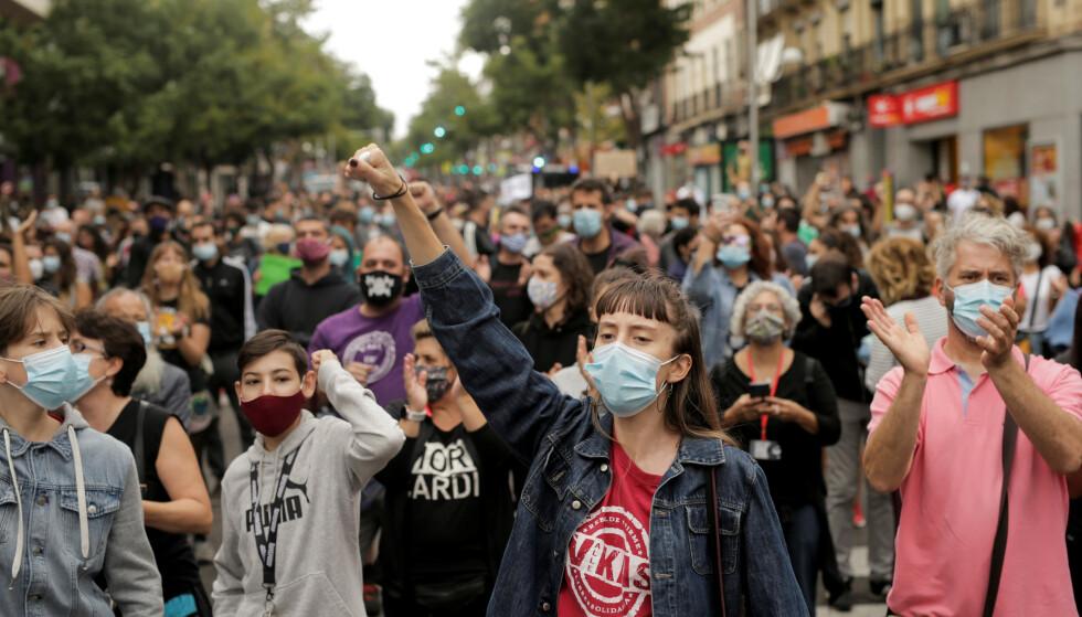 PROTESTER: Demonstrasjon mot manglende støtte til å bedre forholdene i Madrid. Foto: REUTERS/Javier Barbancho/NTB