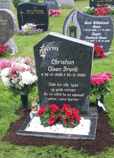 <strong>MINNES:</strong> - Du vil alltid ha en spesiell plass i våre hjerter, står det på gravsteinen til 18-åringen. Foto: Privat