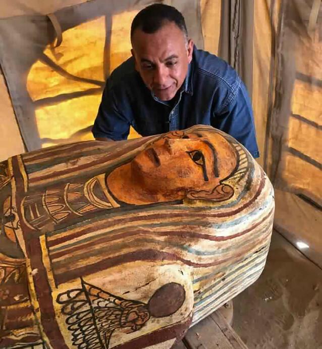 <strong>GODT BEVARTE:</strong> Til tross for alderen, viser bilder av de nye funnene at sarkofagene er svært godt bevarte. Her er turist- og antikvitetsminister Mostafa Waziri avbildet med en av sarkofagene. Foto: Ministry of Tourism and Antiquities / AP / NTB