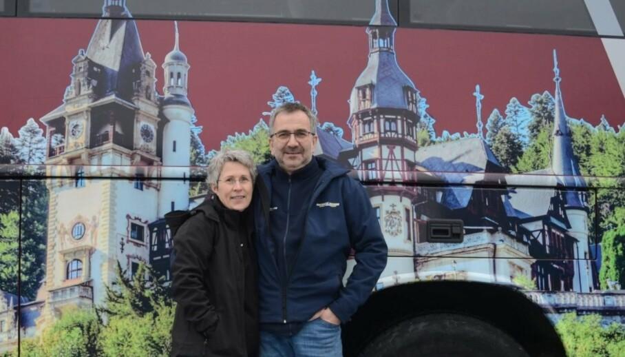 I SJOKK: Ingvar Landa (sjåfør) og kona Silje Landa (reiseleder) er foreløpig de to eneste med negativ test på turbussen. Her foran et av selskapets reisemål i Transylvania i Romania. Foto: Ingvars Reiser.