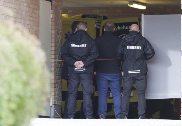 <strong>PÅ PLASS:</strong> Flere sikkerhetsvakter var på plass utenfor akuttmottaket på Riskhospitalet. Foto: Vidar Ruud / NTB