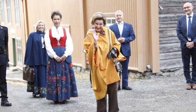 <strong>SKULLE HILSE:</strong> Dronning Sonja lovet å hilse til kongen fra det oppmøtte pressekorpset. Foto: Christian Roth Christensen