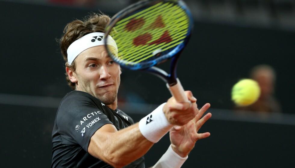 EN DREPENDE FOREHAND: Casper Ruud (21) har en forehand på topp nivå i verden. Den var ikke der den skulle være i semifinalen i Hamburg lørdag ettermiddag. Akkurat som serven ikke var der, alt på grunn av en sliten og vond skulder. Nå står Paris for tur. Det er på Roland Garros Casper Ruud ser framtiden sin. Foto: Cathrin Mueller, Reuters/NTBScanpix