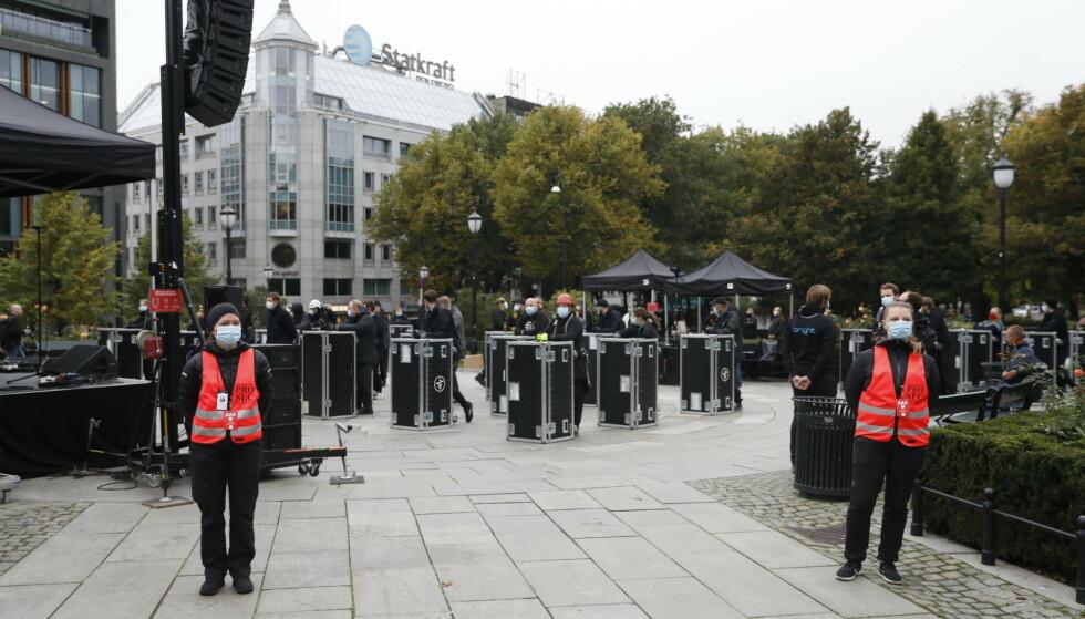 <strong>DEMONSTRERER:</strong> Scenearbeidere foran Stortinget onsdag formiddag. Foto: Christian Roth Christensen / Dagbladet