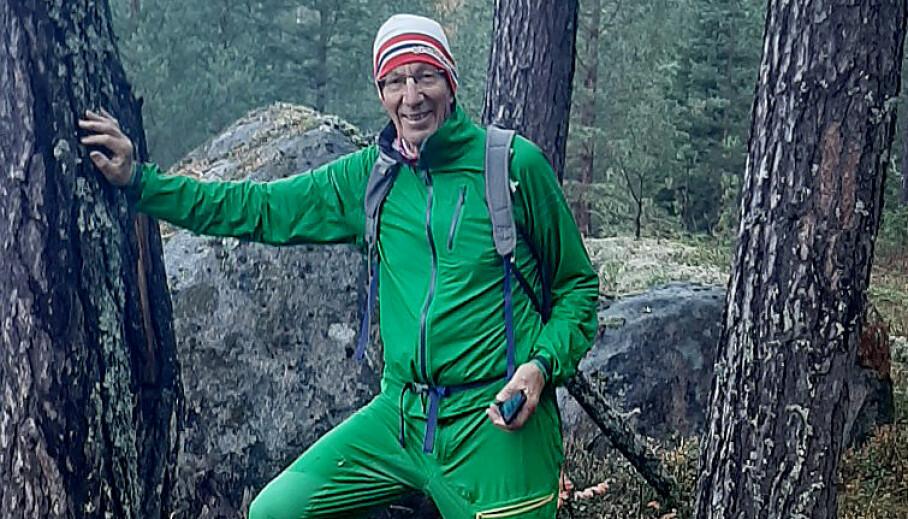 <strong>PLAGSOM:</strong> Store svermer med hjortelusflua kan være svært plagsom, men den er ikke farlig som flotten. Per Stubbratten elsker å gå tur i skogen, og vil ikke la seg stoppe av noen fluer. Foto: Axel Holt.