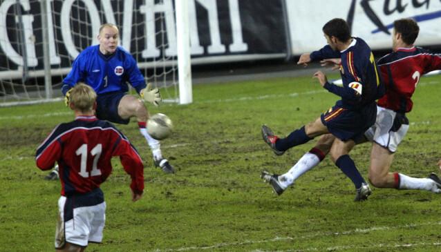 <strong>OVERKJØRING:</strong> Spania hadde god kontroll på Norge i playoff-kampene i 2003, og Norge måtte se EM i 2004 hjemmefra. Foto: Terje Bendiksby / NTB