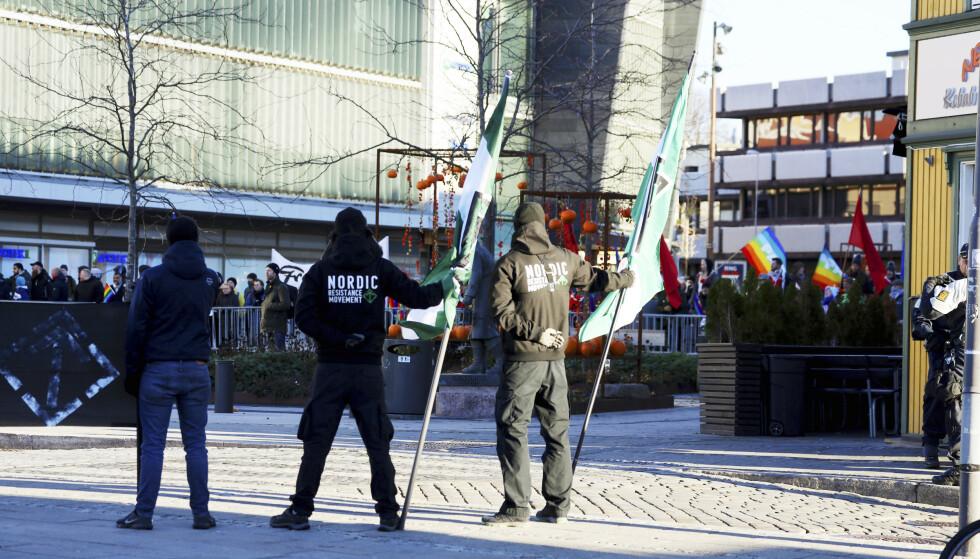 <strong>AKSJON:</strong> Den nordiske motstandsbevegelsen (DNM) avholder på dette bildet en samling på Fisketorget i Fredrikstad i 2018. Søndag aksjonerte tre medlemmer utenfor synagogen i Oslo. Foto: Ørn Borgen / NTB scanpix