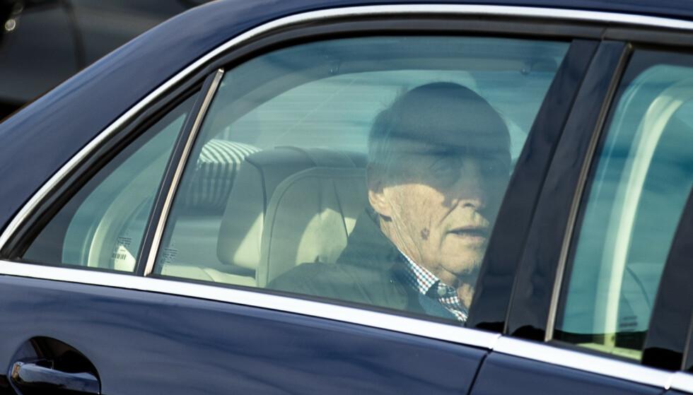 <strong>HJEMME:</strong> Kong Harald forlot Rikshospitalet mandag formiddag.  Foto: Jil Yngland / NTB