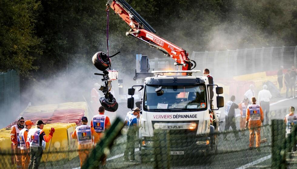<strong>ULYKKE:</strong> Formel 2-ulykken i Belgia. Her løftes restene av en av bilene vekk. (Foto: Remko de Waal / ANP / AFP) / NTB)