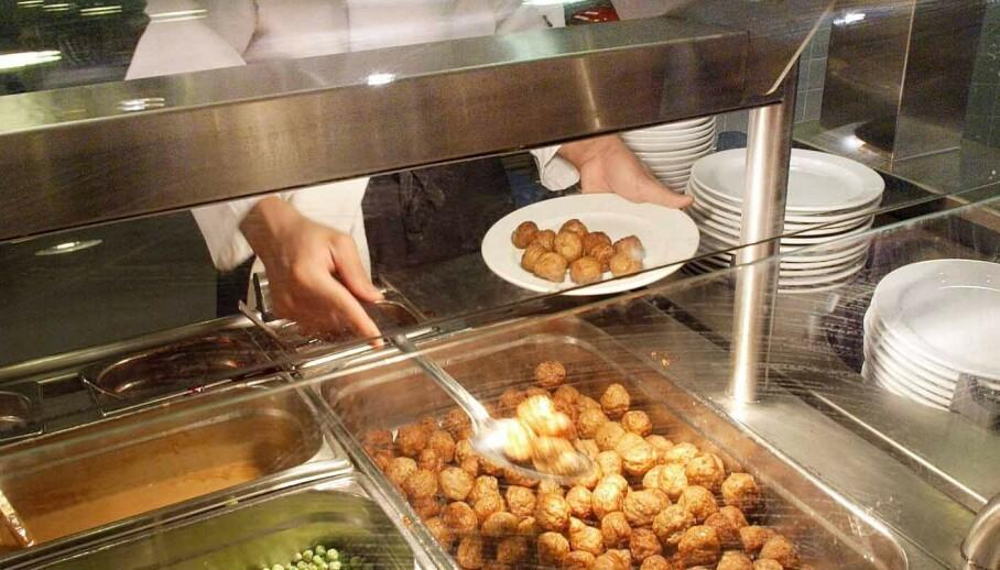 ENDRER INNHOLDET: For mange er selve gleden med turen til varehuset den tradisjonelle kjøttbolle-middagen. Nå endrer Ikea oppskriften og erstatter kjøttbollene med grønnsaker. Foto: Scanpix
