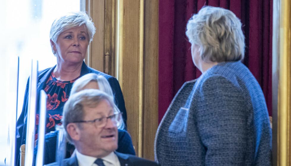 KRANGLER: Siv Jensen og Erna Solberg var en gang gode venner i regjering. Nå må statsministeren tåle ramsalt kritikk fra sin tidligere finansminister. - Tøv, sier Solberg om kritikken. Foto: Terje Pedersen / NTB