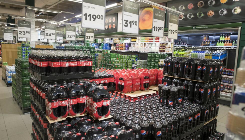 ENDRER AVGIFT: Sukkeravgiften ble nesten doblet over natta i statsbudsjettet for 2018, og ga en betydelig prisøkning på brus, godteri og sjokolade og drikkevarer med og uten sukker. Nå vil regjeringen endre avgiften. Foto: Terje Pedersen / NTB