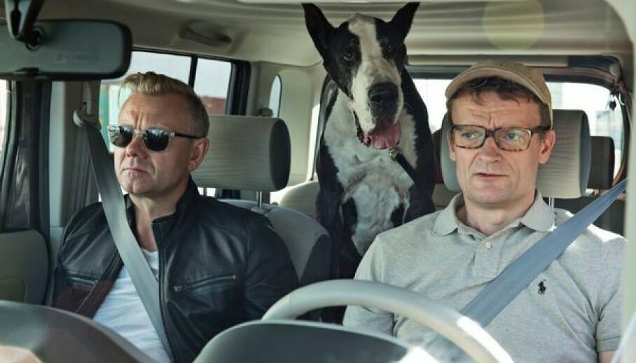 BRUTALT ÆRLIG: Den danske skuespilleren Casper Christensen (til venstre) forteller åpent om at han gikk i terapi hvor MDMA var en del av behandlingen. Her er han avbildet med skuespillerkollegen Frank Hvam i filmen «Klovn Forever». Foto: Mark Fellmann/TV 2