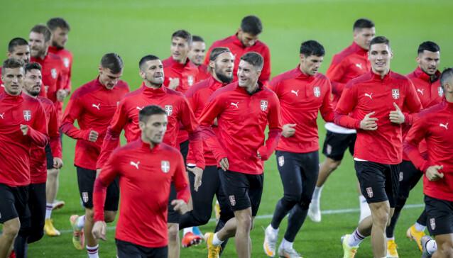 <strong>I FLOMLYS PÅ ULLEVAAL:</strong> Ikke noe å si på humøret til de serbiske spillerne kvelden før kvelden. Foto: Vidar Ruud / NTB