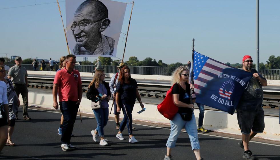 DEMONSTRERER: I september demonstrerte flere i Düsseldorf i Tyskland mot Corona-tiltakene. Blant deltakerne var QAnon-tilhengere. Foto: Reuters/NTB.