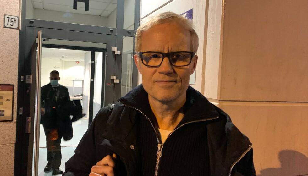 <strong>LIKTE IKKE DET HAN SÅ:</strong> Øyvind Alsaker var skuffet over Norges prestasjon mot Serbia. Her på vei ut fra Ullevaal stadion seint i går kveld. Foto: Tore Ulrik Bratland