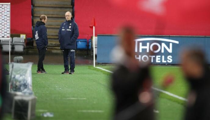 <strong>TUNG STUND:</strong> Lars Lagerbäck i samtale med landslagets pressesjef, Svein Graff, etter kampen. Foto: Bjørn Langsem