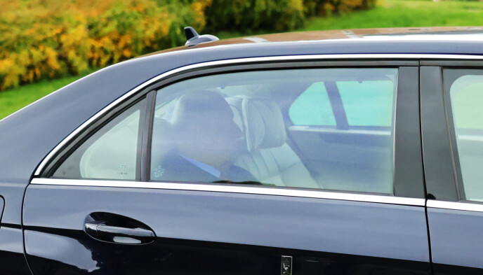 <strong>ANKOMMER:</strong> Kong Harald ankom Rikshospitalet i går ettermiddag.  Foto: Ørn E. Borgen / NTB