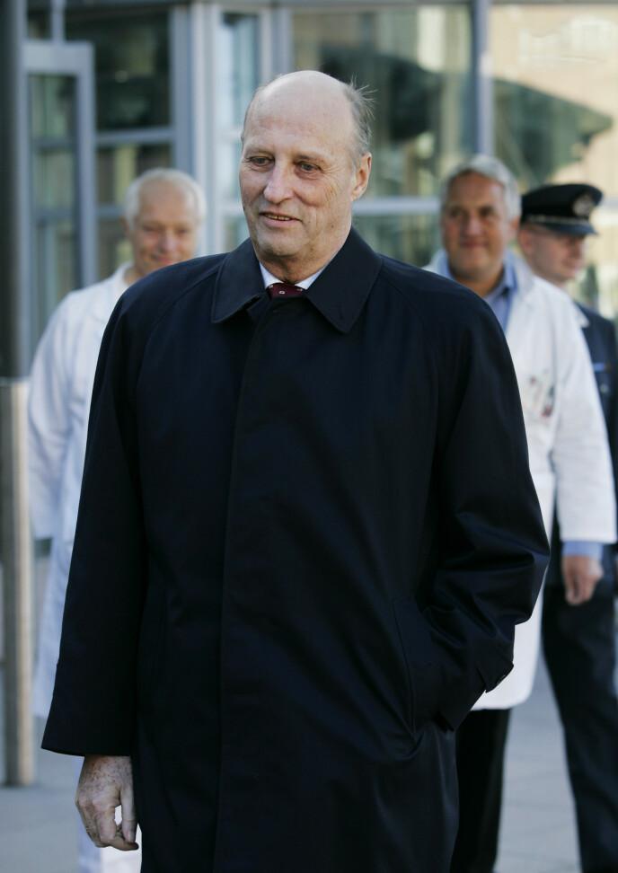 <strong>2005:</strong> Her forlater kong Harald Rikshospitalet i 2005, etter den første hjerteklaffoperasjonen. Foto: Erlend Aas / NTB