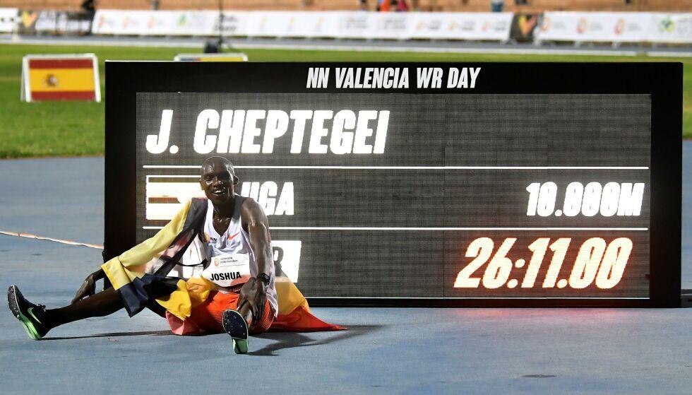 NY VERDENSREKORD: Joshua Cheptegei fra Uganda satte ny rekord på 10.000-meter, og slo samtidig rekorden til Kenenisa Bekele fra 2005. Foto: JOSE JORDAN / AFP / NTB