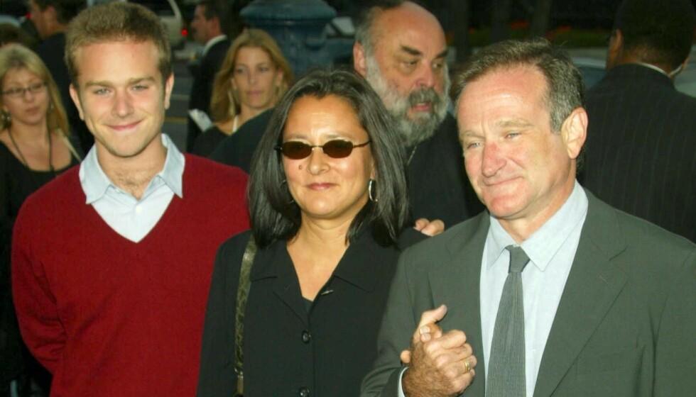 <strong>RØRENDE:</strong> Robin Williams fikk tre barn i løpet av livet. Sønnen Zak er det eneste han fikk med ekskona ekskona Elayne Booster. De gikk hver til sitt i 1988. Han giftet seg seinere med Marsha Graces, som han poserer med her i 2002 - sammen med sønnen Zak. Foto: Peter Brooker/REX, NTB