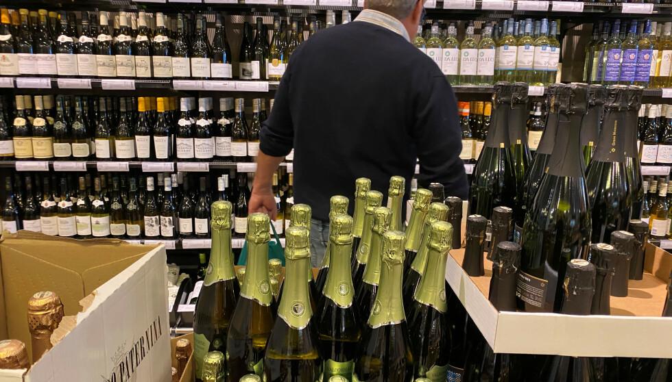 POLET: Et høyt avgiftsnivå som alkoholpolitisk virkemiddel kan ha fått en utilsiktet konsekvens, nemlig høy grad av grensehandel. Det går utover statens inntekter, og det kan gå utover Vinmonopolet som enerettsaktør, skriver innsenderen. Foto: Victoria Klesty / Reuters / NTB