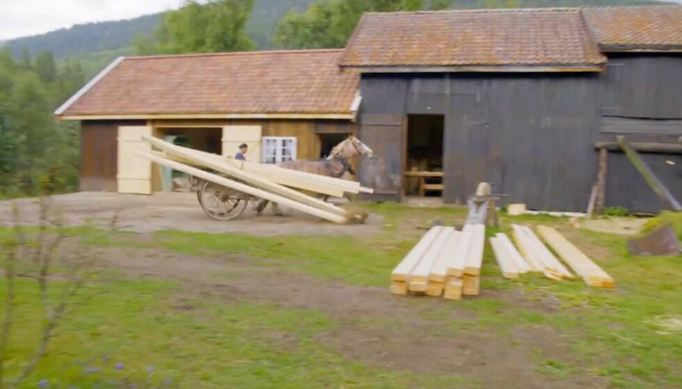 <strong>FULL FART:</strong> Hesten løp avgårde med både materialer og Sindre Nyeng bakpå. Heldigvis gikk det bra med alle kan deltakeren. Foto: TV 2