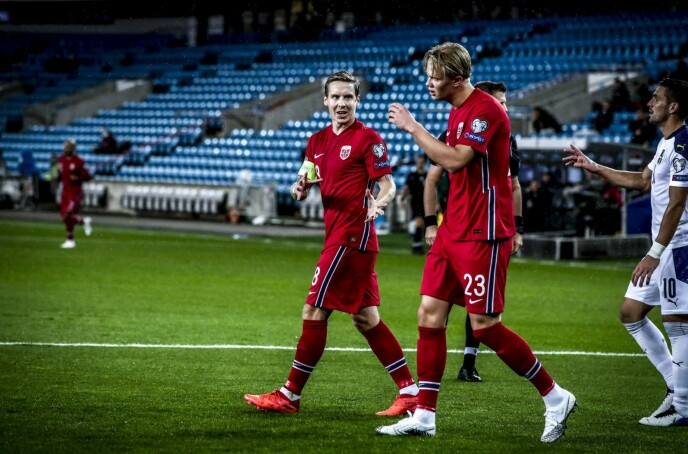 <strong>NEDTUR:</strong> Stefan Johansen (t.v.) i diskusjon med Erling Braut Haaland under kampen mot Serbia torsdag. Kampen endte med 1-2-tap. Foto: Bjørn Langsem