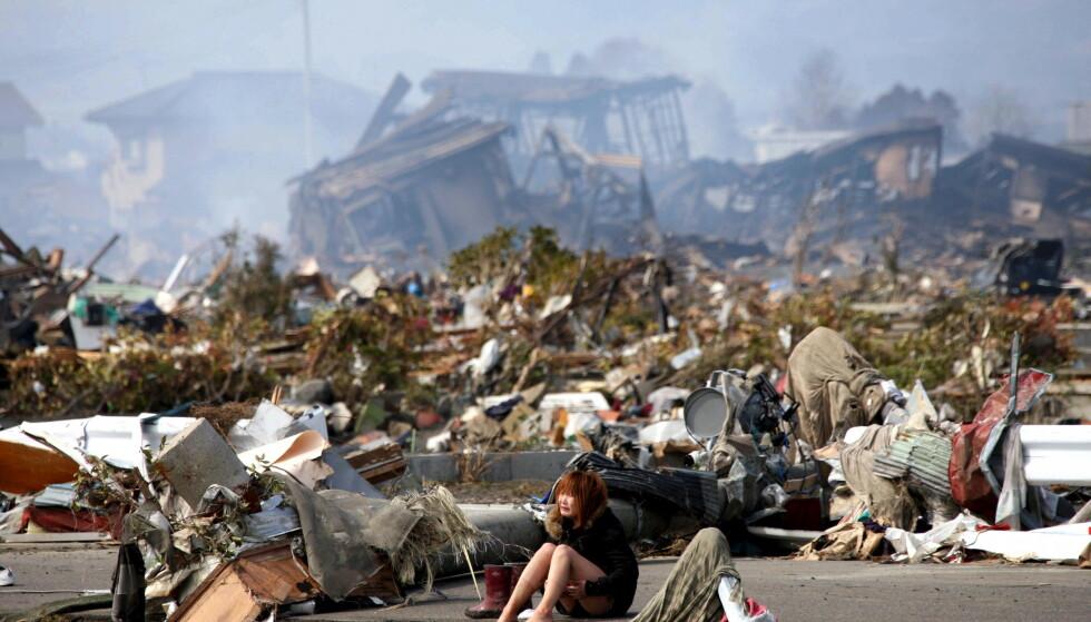 SLAGMARK: En kvinne gråter i ruinene etter at nabolaget hennes ble smadret av den enorme tsunamien som rammet Japan i 2011. Foto: Asahi Shimbun / Reuters / NTB