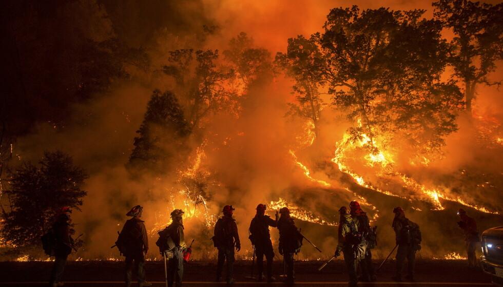 VOLDSOM ØKNING: USA er et av landene som har blitt hardest rammet av klimarelaterte katastrofer de senere årene. Her herjer flammene under en voldsom skogbrann i Lower Lake i California i 2015. Skogbrannen ødela hundrevis av hjem og tusener av mennesker ble sendt på flukt fra flammene. Foto: Noah Berger / Reuters / NTB
