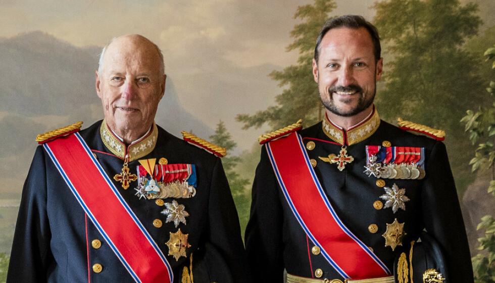 <strong>ÅPENHJERTIG:</strong> I den nye boka «Kongen forteller» er kong Harald innom en rekke personlige temaer - deriblant forholdet til familien. Her er kongen og kronprins Haakon avbildet sammen i 2019. Foto: Stian Lysberg Solum / NTB