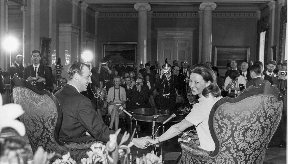 VANT GJENNOM: Sonja og Harald kunngjør forlovelsen 19.03 1968. Her er de på Slottet under pressekonferansen. Foto: Åsgeir Valldal / Dagbladet