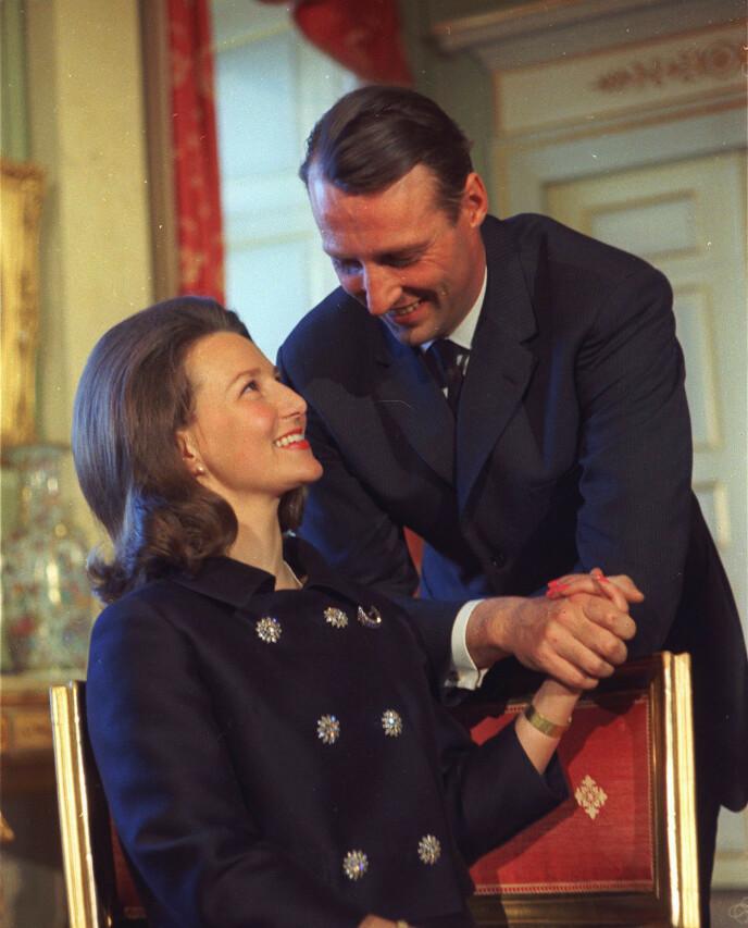 YNDIGE: Lykken var til å ta og føle på da paret, som hadde hodlt sin kjærlighet skjult i ni år, forlovet seg. Foto: NTB