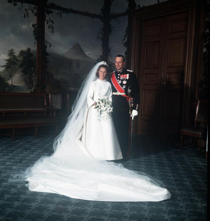 RETTE EKTEFOLK: I august 1968, et halvår etter at de forlovet seg, fikk Harald sin Sonja. Det var på ingen måte gitt. Foto: NTB