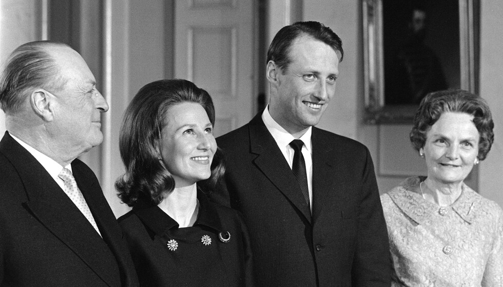 VAR NEGATIV: Kong Olav ville nødig at sønnen hans skulle gifte seg med en borgerlig. Slik ble det derimot. Her poserer han side om side med svigerdatteren etter forlovelsen. Til høyre står den framtidige dronningas mor, Dagny F. Haraldsen. Foto: NTB