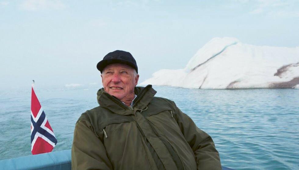 FOLKELIG: .  Kong Harald på Svalbard. Antakelig er Kong Harald et av rikets minst snobbete personer, skriver Dagbladets kommentator. Foto: Dronning Sonja / Kagge forlag / NTB