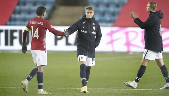 <strong>ARBEIDSSEIER:</strong> Martin Ødegaard og Omar Elabdellaoui gratulerer hverandre med kampen. Foto: Bjørn Langsem