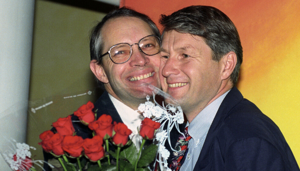 GODE VENNER: Thorbjørn Jagland blir valgt til Arbeiderpartiets leder i 1992 og får en varm klem av sin gamle venn Martin Kolberg. Senere skulle det komme til brudd mellom de to Lier-guttene. Foto: Terje Bendiksby NTB / NTB
