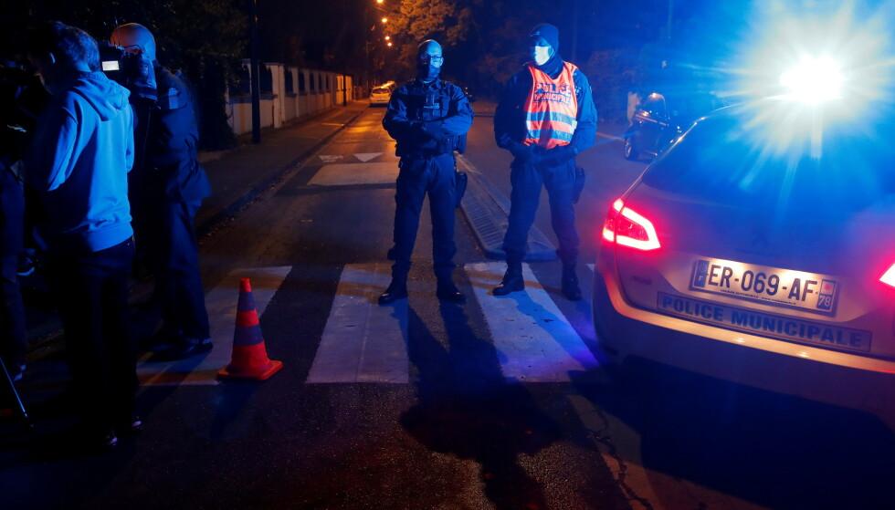 POLITI: Politiet er fremdeles på stedet fredag kveld. Foto: Charles Platiau / Reuters / NTB