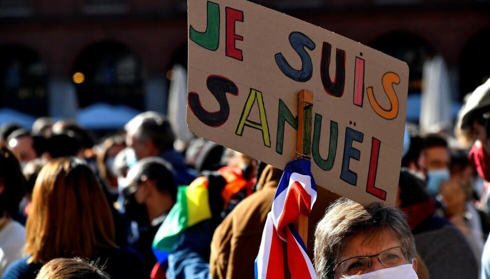 """RYSTENDE: Demonstrasjoner og skilt med """"Je suis Samuel"""" - """"Jeg er Samuel"""" - fylte franske gater etter det bestialske drapet på læreren Samuel Paty. Foto: Georges Gobet / AFP / Scanpix."""