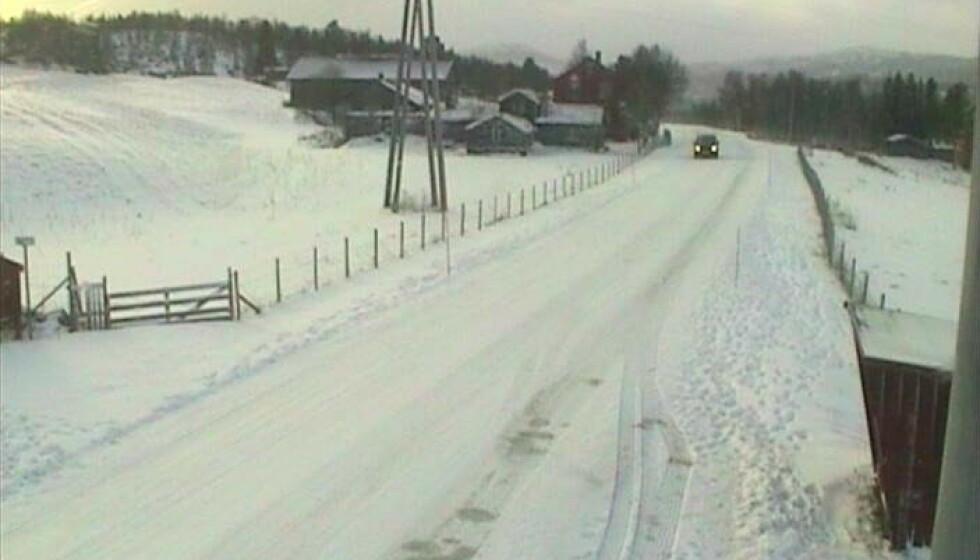 FAREVARSEL: Opp mot 20 centimeter snø kan falle i flere fjellområder. I Rugeldalen ved Røros er det snø mandag morgen. Foto: Statens vegvesen