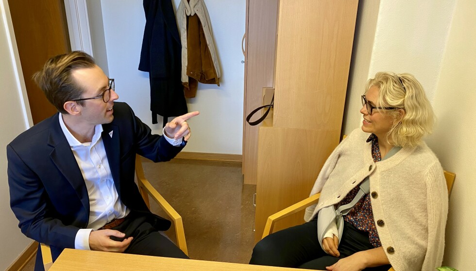 TETT OPPFØLGING: Logoped Katrine Kvisgaard har tett oppfølging av Nicholas Wilkinson både på Stortinget og via videolink. Foto: Gunnar Ringheim / Dagbladet