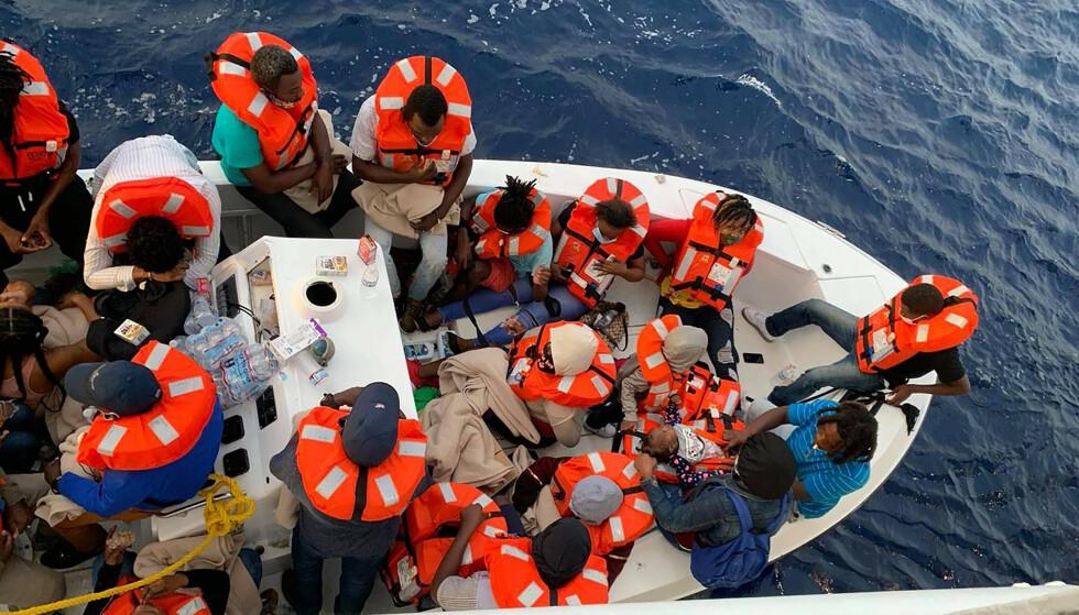 KOM TIL UNNSETNING: Cruiseskipet kom over en båt med 24 passasjerer nesten 60 km utenfor kysten av Florida lørdag. Da båten begynte å ta inn vann, ble alle passasjerene fraktet ombord i cruiseskipet. Foto: Carnival Cruise Line via AP / NTB